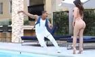 Chàng trai nhảy xuống hồ khi thấy mặt người đẹp bikini