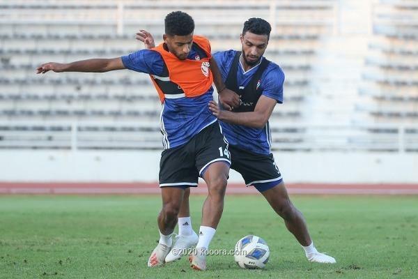 Cầu thủ UAE tập luyện cho trận ra quân. Ảnh: Kooora.