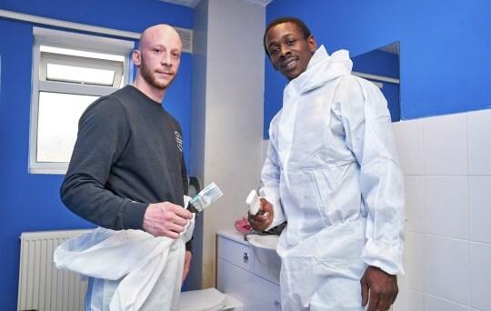 Nick Lynch (phải) và Cyle Carth đang sửa lại một ngôi nhà.Ảnh: Carter news