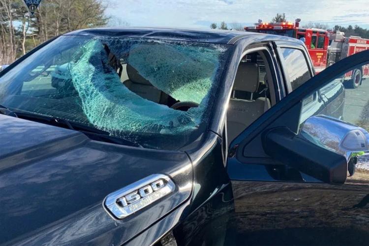 Miếng rách lớn ở kính chắn gió chiếc Ram 1500 do miếng băng lớn gây ra. Ảnh: Massachusetts State Police