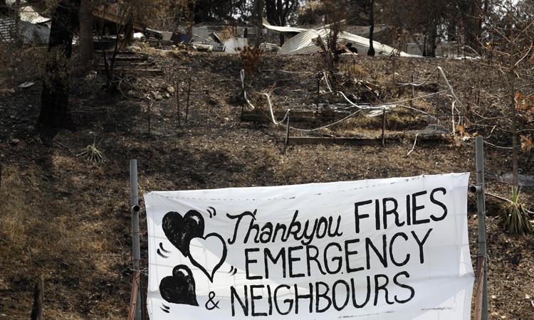 Băng rôn cảm ơn lính cứu hỏa tình nguyện ở Momo, NSW hôm 9/1. Ảnh: AP.