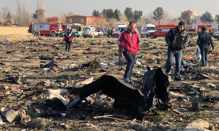 Mảnh vỡ chiếc bay gặp nạn của Hãng hàng không Quốc tế Ukraine (UIA) tại ngoại ô Tehran, Iran, hôm 8/1. Ảnh: AFP.