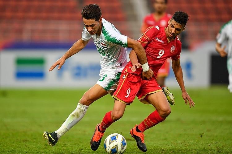 Iraq (trái) gặp nhiều khó khăn trước Bahrain. Ảnh: AFC.
