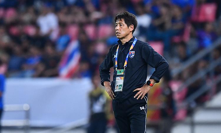 Trận đấu tuột khỏi tầm kiểm soát của Nishino, khi cầu thủ Thái Lan xuống sức. Ảnh: AFC.