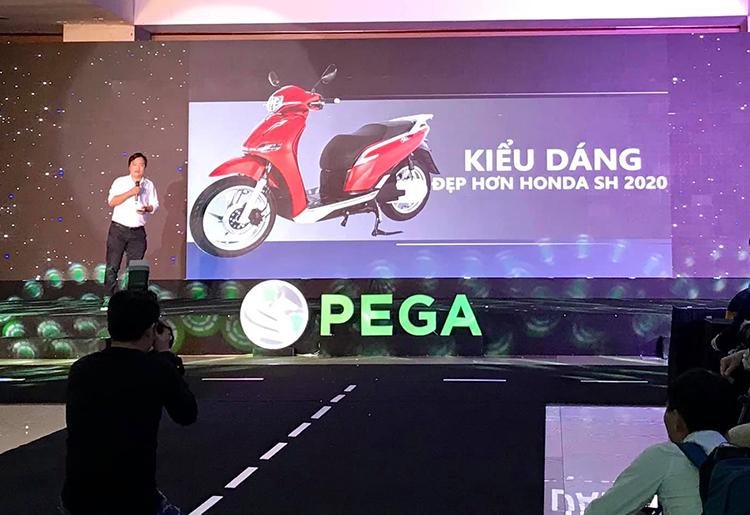 Chủ tịch Pega so sánh trực diện eSH và SH trên sân khấu.