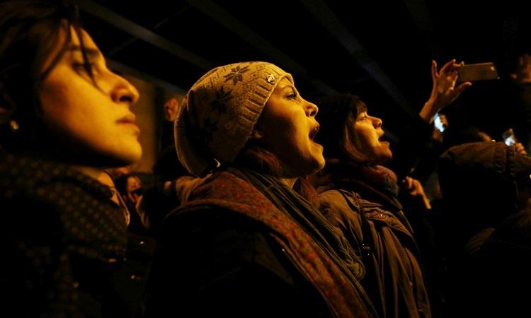 Hai phụ nữ tham gia biểu tình bên ngoài Đại học Amir Kabirở Tehran tối 11/1. Ảnh: Reuters.