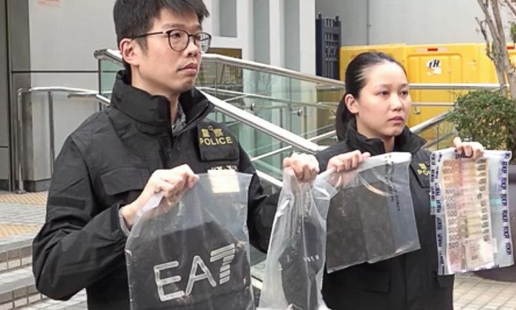 Cảnh sát Hong Kong công bố vật chứng trong vụ cướp. Ảnh: RTHK.
