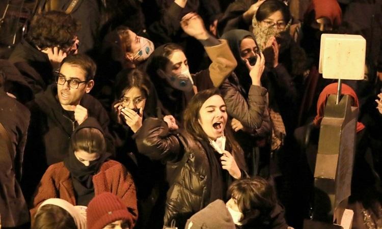 Sinh viên Iran biểu tình tại Tehran hôm 11/1 để phản đối chính phủ vì vụ bắn nhầm máy bay chở khách. Ảnh: AFP.