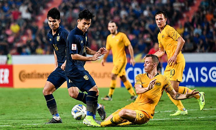 Thái Lan (trái) sa sút thể lực trong hiệp hai trận gặp Australia. Ảnh: AFC.