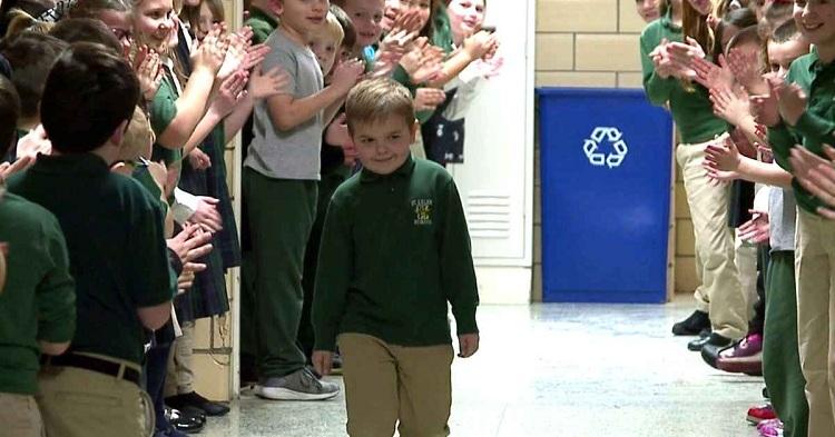 Oliver trở lại trường trong sự chào đón của bạn bè và thầy cô. Ảnh: Daily Mail