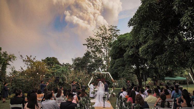 Đám cưới của Chino Vaflor và Kat Bautista Palomar diễn ra khi núi lửa Taal phun cột khói cao hàng km hôm qua. Ảnh: Randolf Evan
