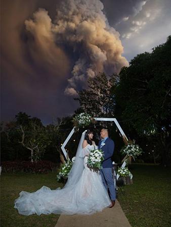 Chino Vaflor và Kat Bautista Palomar làm đám cưới bất chấp núi lửa Taal phun trào. Ảnh:Randolf Evan