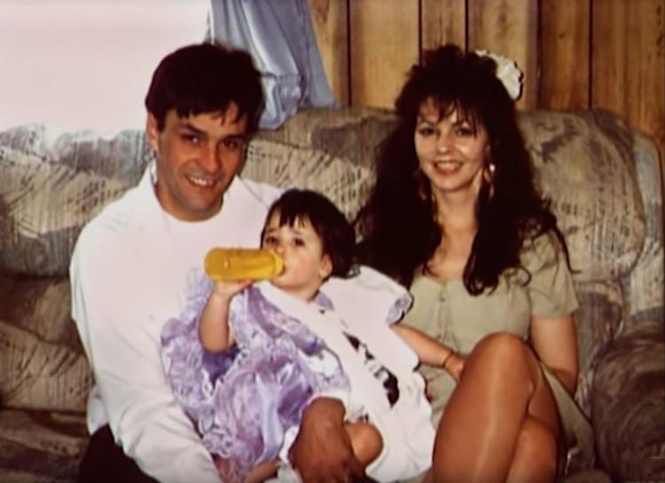 Gia đình Manderach được nhận xét là gia đình hạnh phúc. Ảnh: Filmrise.