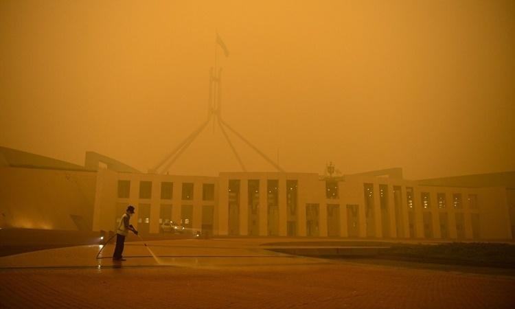 Khói cháy rừng bao phủ tòa nhà quốc hội Australia ở Canberra ngày 5/1. Ảnh: Reuters.