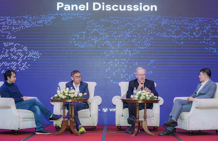 GS Leslie Valiant tọa đàmcùng các chuyên gia của Việt Nam. Ảnh: TL.