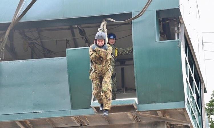 Bộ trưởng Quốc phòng Nhật Taro Kono nhảy dù biểu diễn từ tháp cao 11 m tại khóa huấn luyện chung với quân đội Mỹ ngày 12/1. Ảnh: Twitter/Konotarogomame.