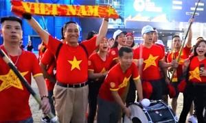 CĐV Việt Nam khuấy động không khí sân Buriram