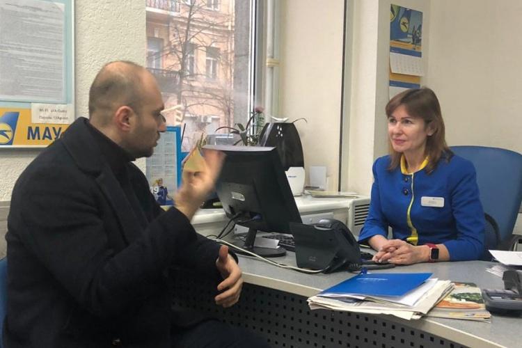 Buzarov, trái, và nhân viên phòng vé Romanyuk, phải, gặp lại ngày 10.1 tại Kiev, Ukraine, Ảnh: Nhân vật cung cấp.