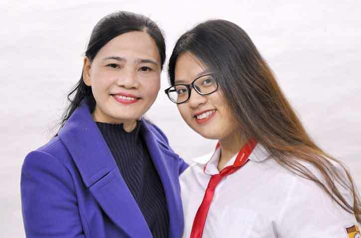 Diệu Tâm chụp ảnh với cô chủ nhiệm Đào Thị Ninh. Ảnh: Nhân vật cung cấp.