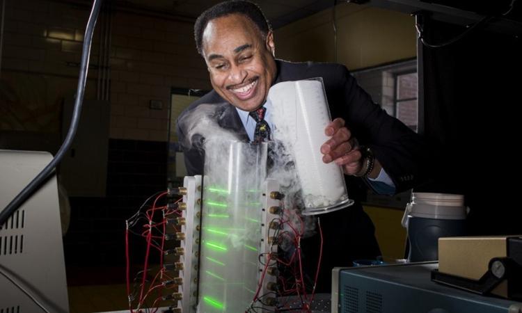 Ron Mallett thực hiện thí nghiệm trong phòng nghiên cứu tại Connecticut, Mỹ. Ảnh: CNN.