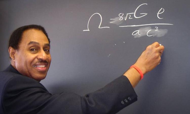 Ron Mallett đứng bên bảng ghi công thức tại phòng nghiên cứu ở Connecticut, Mỹ. Ảnh: CNN.