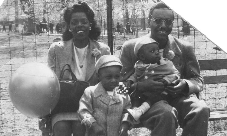 Ron Mallett (đứng) trong bức ảnh chụp cùng bố mẹ và em trai tại công viên Bronx, New York, thập niên 1950. Ảnh: CNN.