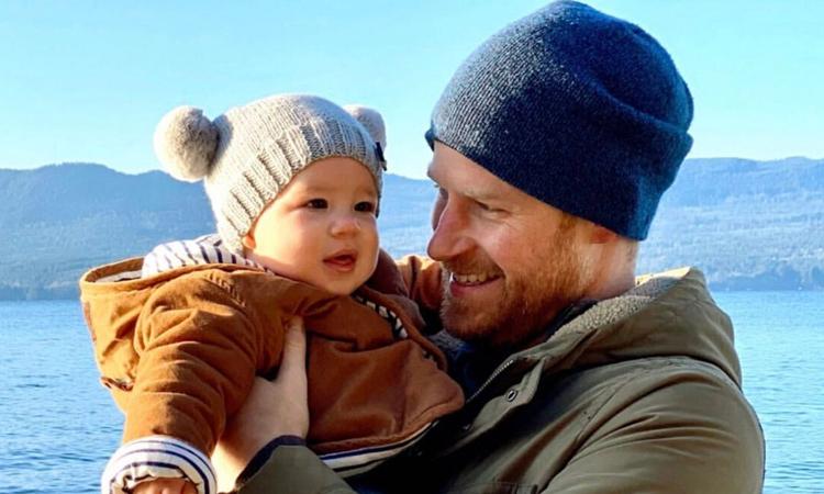 Hoàng tử Harry bế con trai Archie được cho là ở đảo Vancouver, Canada hồi tháng 12/2019. Ảnh: Twitter/Sussexroyal.