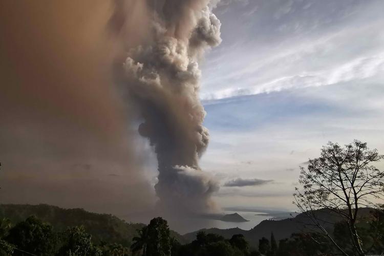 Cột khói bốc lên từ núi lửa Taal hôm 12/1. Ảnh: CNN.
