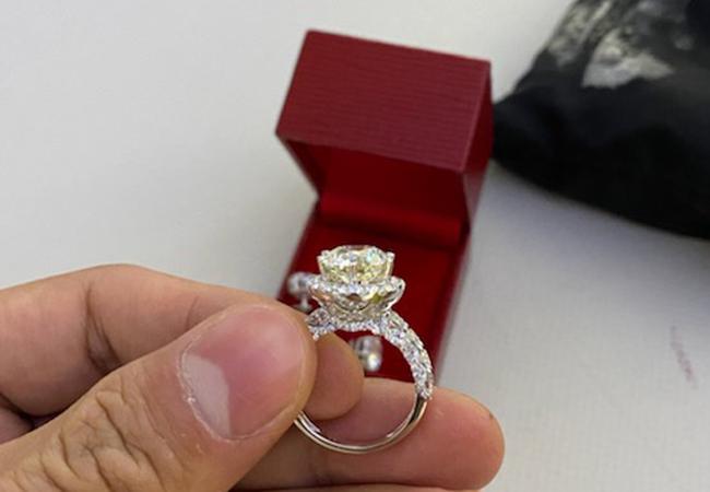 Một trong nhiều món trang sức kim cương mà vị khách bỏ quên trên máy bay. Ảnh: Anh Duy.