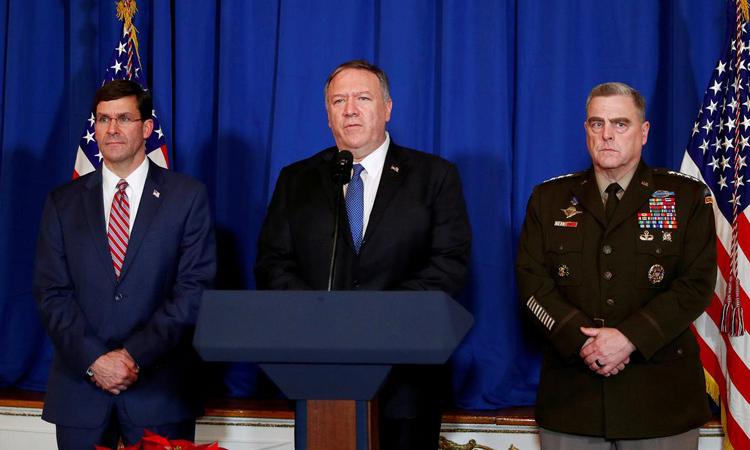 Ngoại trưởng Mỹ Mike Pompeo (giữa), Bộ trưởng Quốc phòng Mỹ Mark Esper (trái) và Chủ tịch Hội đồng Tham mưu trưởng Liên quân Mỹ Mark Milley trong cuộc họp báo tại Palm Beach, Florida hôm 29/12. Ảnh: Reuters.
