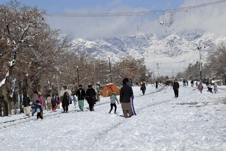 Người dân đi bộ trên con đường bị tuyết bao phủ ở Quetta, thủ phủ tỉnh Balochistan, sáng ngày 13/1. Ảnh: AP.