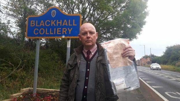 Một người làng Blackhall Colliery, hạt Durham, tìm được một gói tiền mặt bên đường. Ảnh: Durham Police
