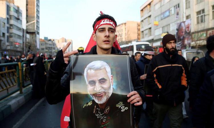 Một người dân cầm ảnh tướng Soleimani trong lễ tang của ông tại thủ đô Tehran, Iran hôm 6/1. Ảnh: Reuters.