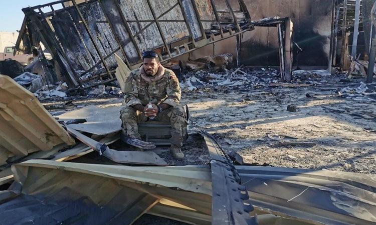 Akeem Ferguson ngồi giữa đống đổ nát tại căn cứ al-Asad sau cuộc tập kích tên lửa ngày 8/1 của Iran. Ảnh: CNN.
