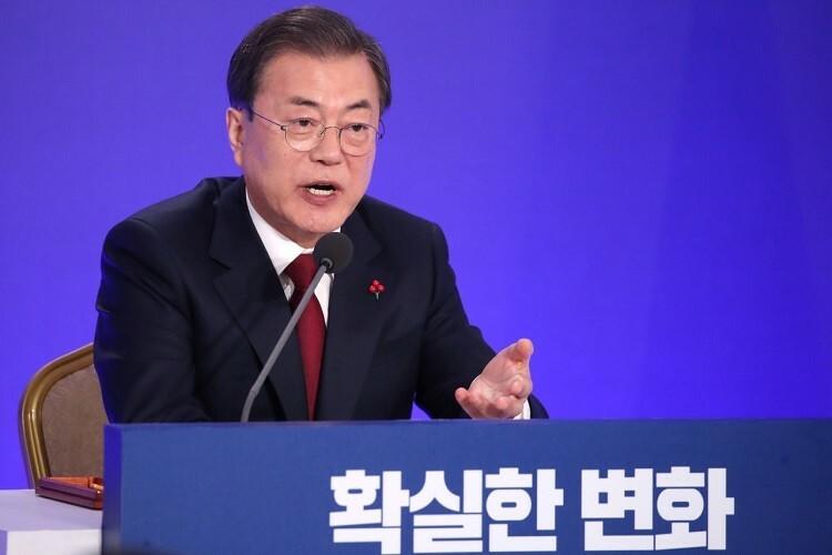 Tổng thống Hàn Quốc Moon Jae-in trả lời họp báo thường niên ngày 14/1. Ảnh: Yonhap.