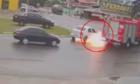 Ôtô bốc cháy ngay khi gặp xe cứu hỏa