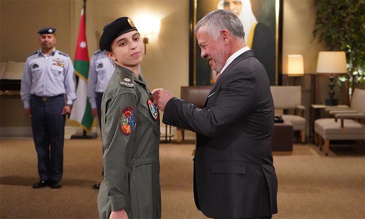 Công chúa Jordan Salma bint Abdullah (trái) và Quốc vương Abdullah II (phải) trong buổi lễ tại cung điện