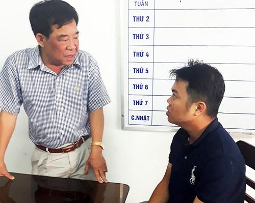 Đại tá Phan Đình Quân, Phó giám đốc Công an tỉnh Trà Vinh làm việc với Nguyễn Quốc Toàn ngay khi bị bắt. Ảnh: Công an Trà Vinh