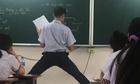 Nam sinh thả dáng đỉnh cao khi lên bảng làm bài tập