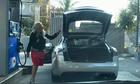 Người đẹp mở cốp ôtô để tìm bình xăng