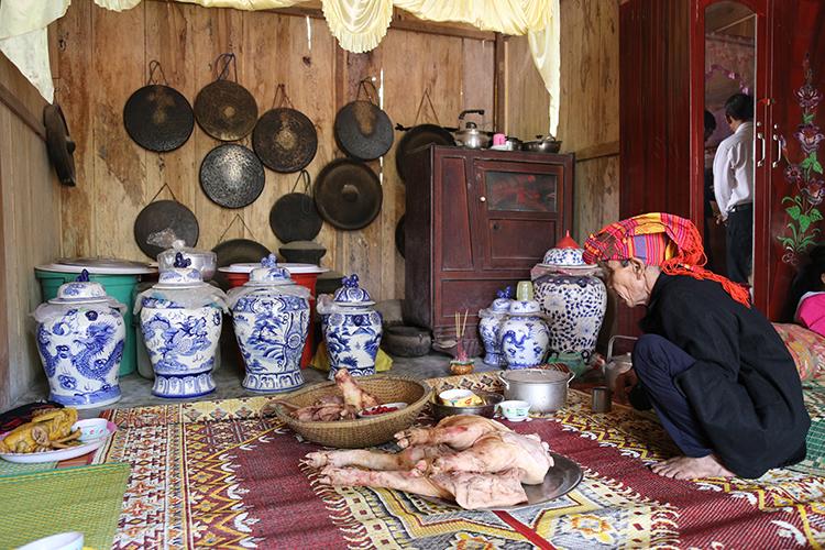 Cồng chiêng của già Kôn Pruôi trong lễ cơm mới của người Pa Kô.Ảnh: Hoàng Táo