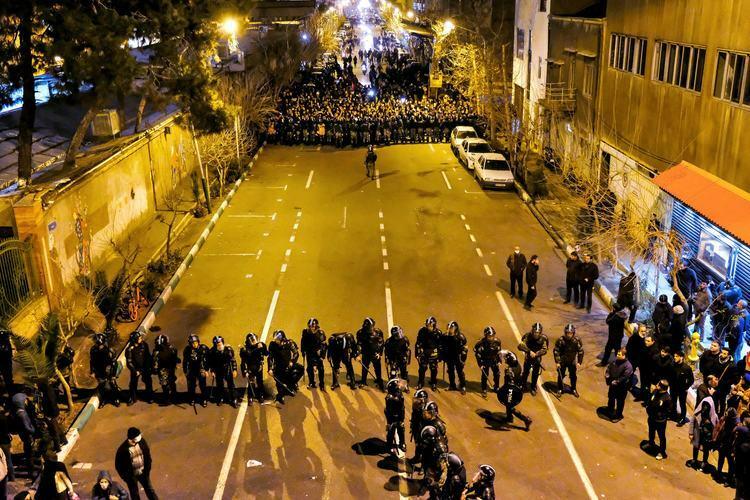 Người biểu tình tụ tập trước đại học Amirkabirtrong vòng vây cảnh sát ở thủ đô Tehran, Iran hôm 11/1. Ảnh: AP.