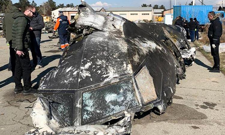 Mảnh vỡ phần buồng lái của máy bay chở khách Ukraine tại hiện trường ở ngoại ô Tehran hôm 8/1. Ảnh: AFP.