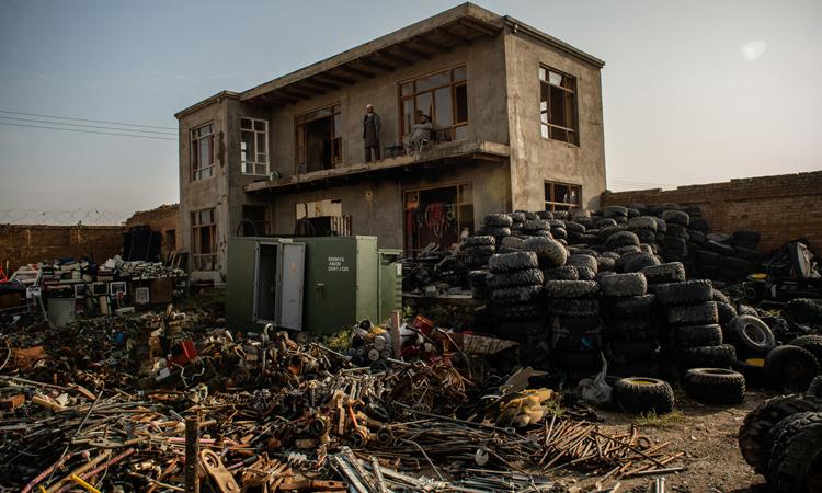 Xưởng phế liệu của Sayeed Jamal Nasari ở Bagram hồi tháng 10/2019. Ảnh: NY Times.