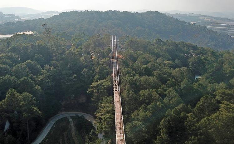 Cầu đáy kính xây không phép ở thung lũng Tình yêu. Ảnh: Khánh Hương.