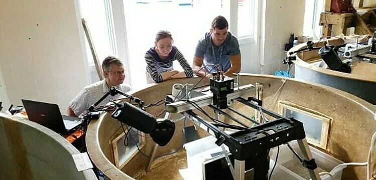 Các nhà khoa học trong nhóm nghiên cứu đang làm thí nghiệm với mực nang. Ảnh: Mercurynews
