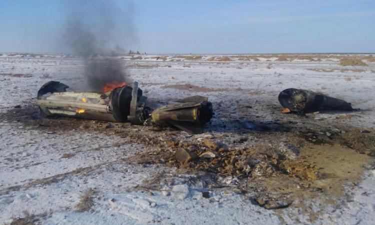 Phần thân tên lửa rơi xuống quận Baiganinsky hôm 9/1. Ảnh: Twitter/PararamTadam.