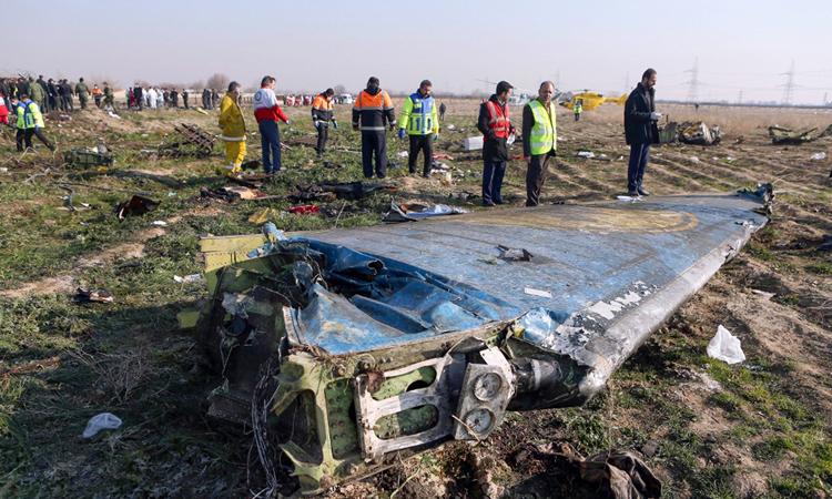 Phần cánh còn sót lại của chiếc Boeing 737-800 gặp nạn tại ngoại ô Tehran sáng 8/1. Ảnh: AFP.