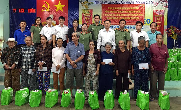 Các hộ dân nghèo ở Bình Thuận nhận quà Tết. Ảnh: Nam Đức.