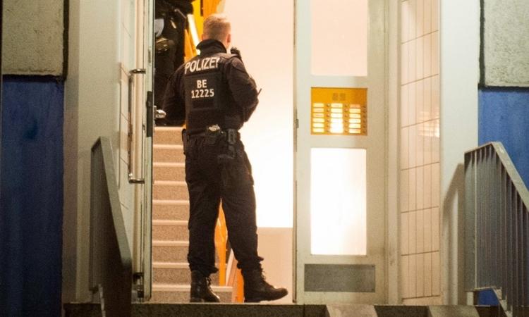 Cảnh sát khám một cănnhà ở Berlin ngày 14/1. Ảnh: AFP.